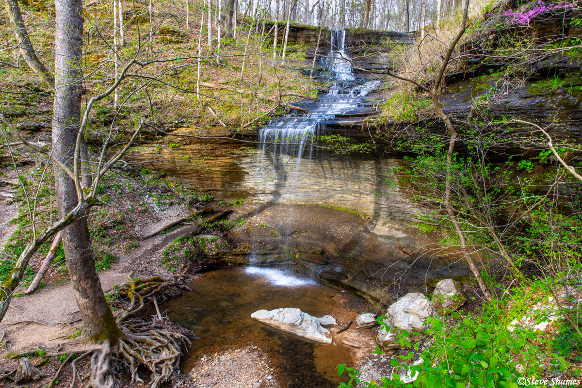 This is Fall Hollow Waterfall in Tennessee. The water volume was not great, but I thought this was a scenic spot.