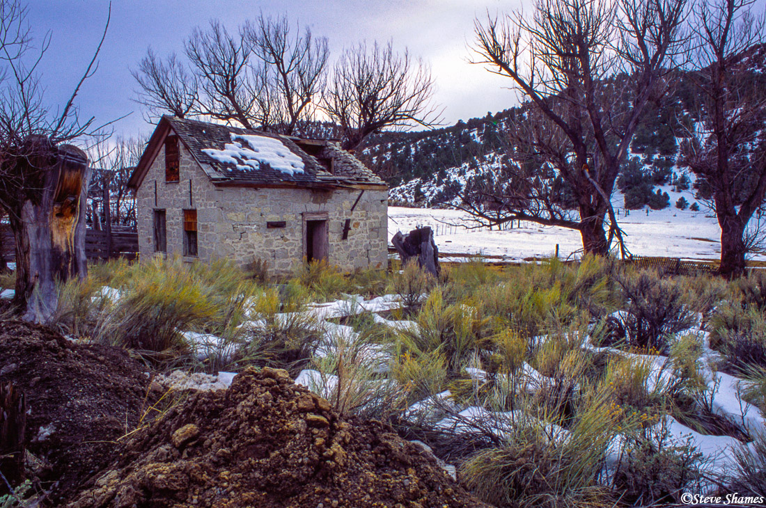 old abandoned building, middle of nowhere, nevada, photo